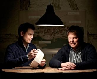 Jørn Lier Horst (t.h.) og meg. I bakgrunnen er kartet over Elvestad –en by for mysterier.