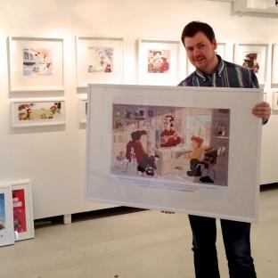 En glad illustratør i Galleri Steinbrakka